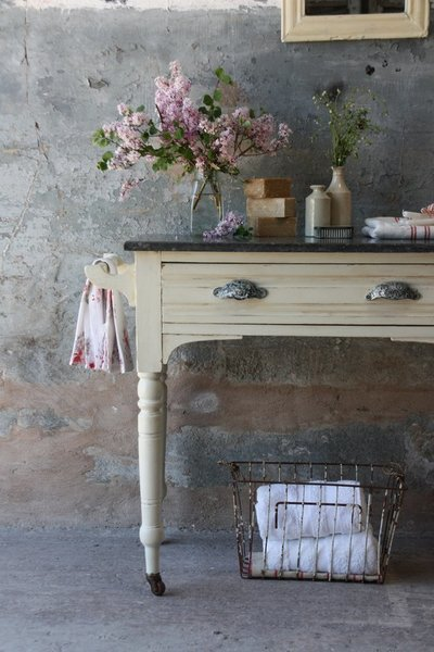 Pretty Victorian Marble Topped Washstand On Castors With Towel Rails And Drawer In Vanille